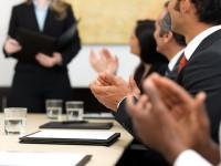 Ludzie biznesu biją brawo podczas prezentacji - SprzedawcaInternetowy.pl